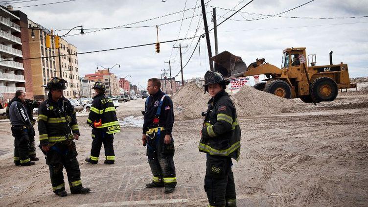 Des pompiers à Long Beach (New York) après le passage de Sandy, le 31 octobre 2012. (ANDREW BURTON / GETTY IMAGES)