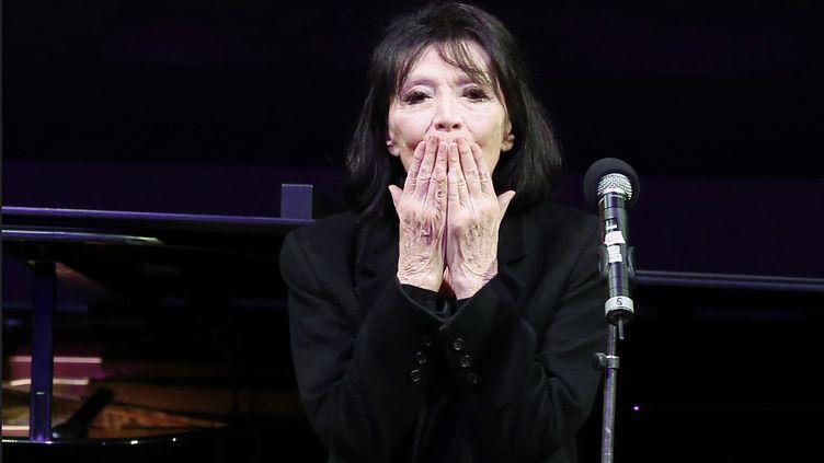 Juliette Gréco salue le public à la fin d'un concert à l'auditorium du Louvre (Paris), le 5 février 2016. (FRANCOIS GUILLOT / AFP)