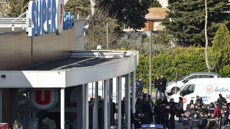 Les forces de l'ordre se positionnent alors qu'une prise d'otages est en cours au supermarché de Trèbes (Aude), le 23 mars 2018. (PASCAL PAVANI / AFP)