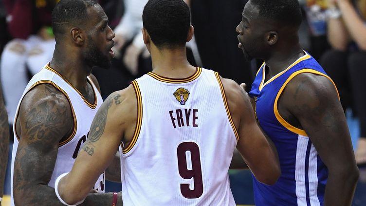 LeBron James et Draymond Green ont dû être séparés lors du match 4 de la Finale NBA (JASON MILLER / GETTY IMAGES NORTH AMERICA)