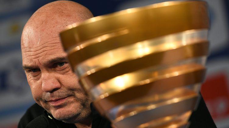 Frédéric Antoneti à côté de la Coupe de la Ligue (FRANCK FIFE / AFP)