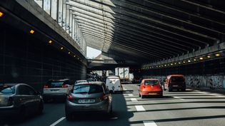 Des automobilistes sont bloqués sur le périphérique parisien, le 23 juillet 2021. (DELPHINE LEFEBVRE / HANS LUCAS / AFP)