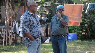 Sylvain Pabouty et Pascal Meimdi dans le squat de Nouville en Nouvelle-Calédonie. (ELISELAMBERT/FRANCEINFO)