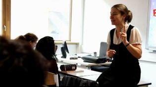Marie-Hélène Fasquel, nommée au concours du meilleur professeur du monde, dans une salle de classe du lycée Nelson Mandela à Nantes. (FRANCE 2)