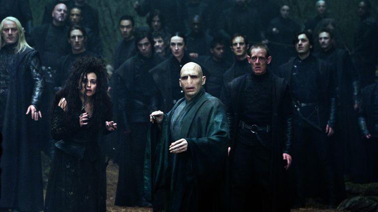 """L'acteur Jason Isaacs incarnant Lucius Malfoy (l'homme aux longs cheveux blancs, à gauche de la photo) dans le film """"Harry Potter et les reliques de la mort : deuxième partie"""" en 2011. (RONALD GRANT / MARY EVANS / SIPA)"""
