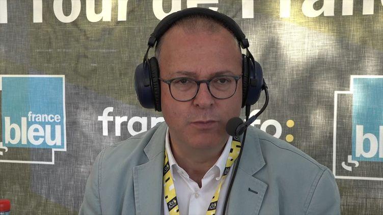 Damien Meslot, maire LR de Belfort, interpelle Emmanuel Macron sur la situation des salariés de General Electric, lors de la 7e étape du Tour de France 2019. (FRANCEINFO / RADIOFRANCE)
