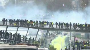 """Affrontement entre """"gilets jaunes"""" et policiers le 5 janvier 2019 à Paris (Capture d'écran France 2)"""