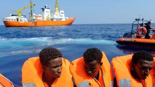 """Des migrants secourus par l'équipage de """"L'Aquarius"""" au large de la Méditerranée le 10 août 2018. (GUGLIELMO MANGIAPANE / SOS MEDITERRANEE)"""
