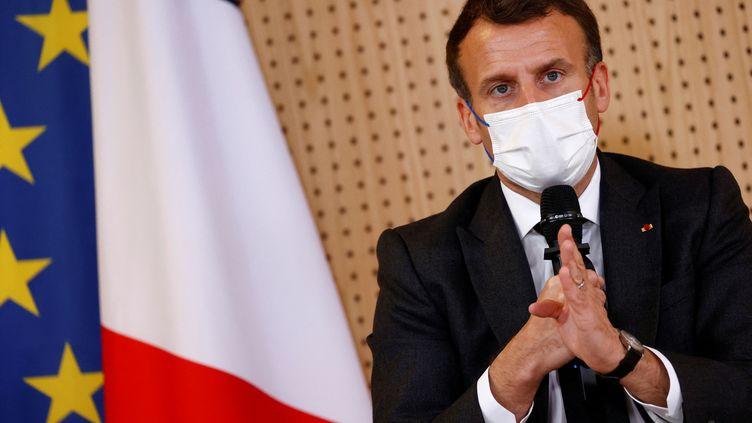 Emmanuel Macron lors d'une visite dans un service depsychiatrie pour enfants, le 14 avril 2021 à Reims (Marne). (CHRISTIAN HARTMANN / POOL / AFP)