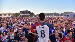 """Desdizaines demilliers de supporters sont réunis dans la """"fan zone"""" de Marseille, jeudi 7 juillet 2016, pour voir le match contre l'Allemagne en demi-finale de l'Euro. (CITIZENSIDE / GEORGES ROBERT / AFP)"""