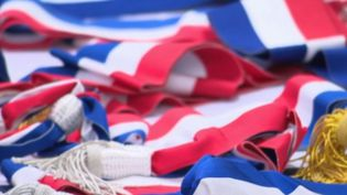 Dans moins de trois semaines, près de 35 000 maires seront élus ou ré-élus. Avec autant d'écharpes tricolores à fabriquer, sans compter celles de leurs conseillers municipaux. En France, trois entreprises sont encore spécialisées dans cette confection particulière. (FRANCE 2)