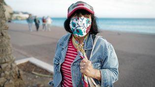 Une passante masquée à Nice (Alpes-Maritimes), le 22 octobre 2020. (ARIE BOTBOL / HANS LUCAS / AFP)