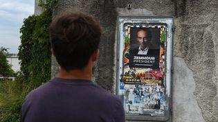 """Une affiche """"Zemmour président"""" sur la porte d'un vieux transformateur électrique, le 27 juillet 2021, enAuvergne-Rhône-Alpes. (LAURENT CERINO / REA)"""