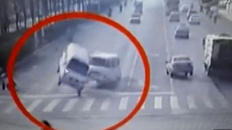 Capture d'écran montrant des camionnettes soulevéesdans un carrefourde la ville chinoise dede Xingtai, province du Hebei, au mois de novembre (CCTV / BOLEH BOLEH / YOUTUBE)