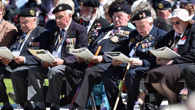 Des vétérans britanniques de la seconde guerre mondiale assistent aux commémorations du D-Day, à Bayeux (Calvados), le 6 juin 2014. (LEON NEAL / AFP)