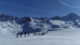 À la frontière entre la France et l'Espagne, surplombé par sept sommets de plus de 3 000 mètres, le cirque de Gavarnie se découvre aux promeneurs. (france 2)