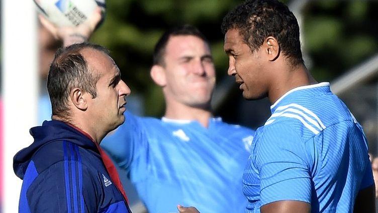 Thierry Dusautoir en discussion avec son sélectionneur Philippe Saint-André à l'entraînement (FRANCK FIFE / AFP)