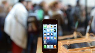 Un iPhone 5 en vente dans un Apple Store de Munich (Allemagne), le 21 septembre 2012. (CHRISTOF STACHE / AFP)