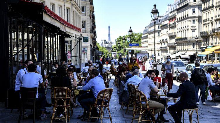 Une terrasse pleine à Paris, le 2 juin 2020. Photo d'illustration. (CHRISTOPHE ARCHAMBAULT / AFP)