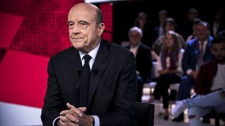 """Alain Juppé sur le plateau de """"L'Emission politique"""" de France 2, le 6 octobre 2016. (PHILIPPE LOPEZ / AFP)"""