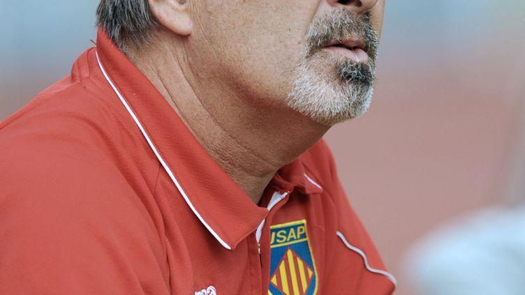 Jacques Delmas, ancien entraîneur de Perpignan, lors du match de son équipe à Bayonne (Pyrénées-Atlantiques), le 29 octobre 2011. (GAIZKA IROZ / AFP)