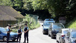 Après la découverte d'un corps près d'une voiture calcinée à Chevaline en Haute-Savoie, les forces de l'ordre ont bouclé le secteur, le 2 septembre 2020. (GREGORY YETCHMENIZA / MAXPPP)