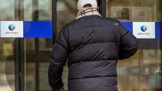 Un homme entre dans une agence Pôle emploi à Lille (Nord). Photo d'illustration. (PHILIPPE HUGUEN / AFP)