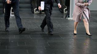 Des hommes et femmes d'affaires marchent dans le quartier de la City à Londres (Royaume-Uni), le 4 avril 2018. (DANIEL LEAL-OLIVAS / AFP)