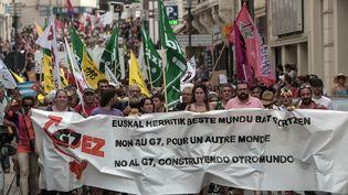 Des centaines d'opposants au G7 ont défilé à Biarritz (Pyrénées-Atlantiques), le 13 juillet 2019. (IROZ GAIZKA / AFP)