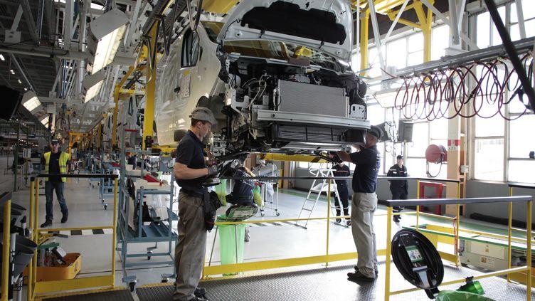 Des salariés travaillent dans une usine de production de Renault à Sandouville (Seine-Maritime), le 30 septembre 2014. (CHARLY TRIBALLEAU / AFP)