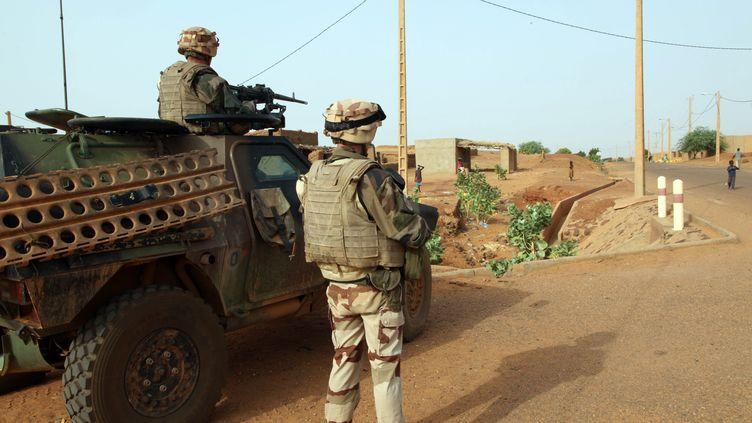 Des troupes françaises participant à l'opération Serval à Gao (Mali), le 16 octobre 2013. (SEBASTIEN RIEUSSEC / AFP)