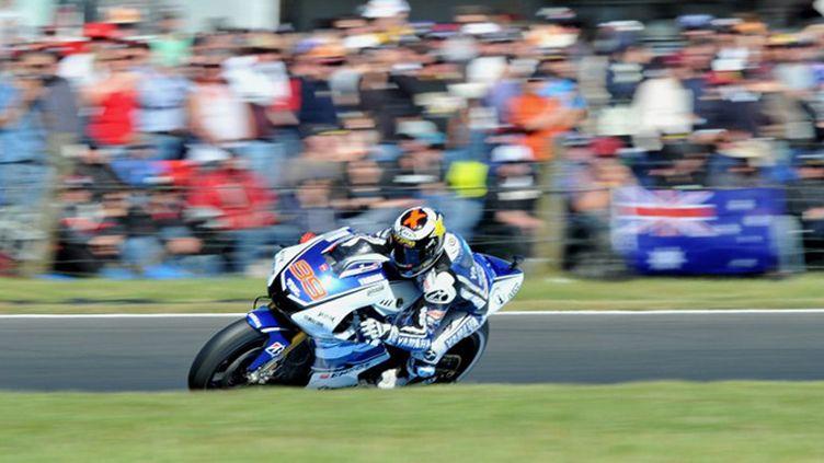 Le GP de Grande-Bretagne revient à Jorge Lorenzo (Yamaha). Sur le circuit de Silverstone, le pilote espagnol signe la 42e victoire de sa carrière devant les deux Honda de Stoner et Pedrosa. (PAUL CROCK / AFP)