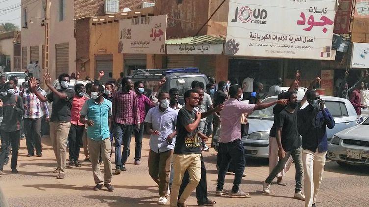 Des manifestants soudanais rassemblés le 7 février 2019 au centre-ville de Khartoum pour soutenir leurs camarades arrêtés au cours des huit semaines de manifestations contre le régime. (STRINGER / AFP)