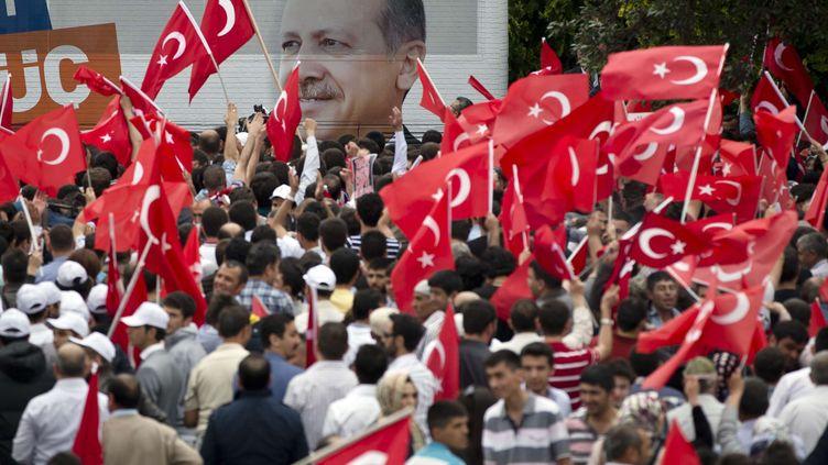 Des supporters de Recep Erdogan attendent sa venue à Ankara (Turquie), le 9 juin 2013. (VADIM GHIRDA / AP / SIPA)