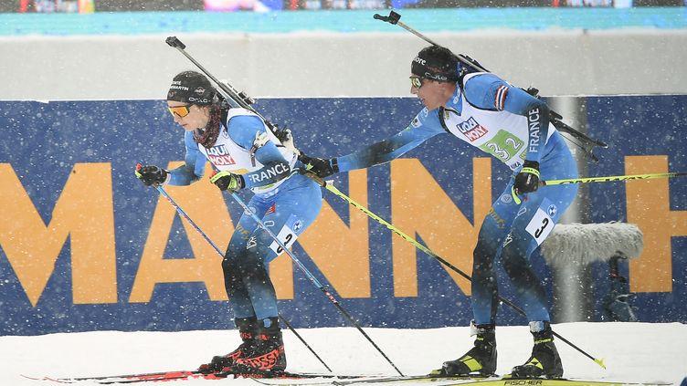 Quentin Fillon-Maillet passe le relais à Anaïs Chevalier-Bouchet sur le relais mixte des Championnats du monde, mercredi 10 février 2021. (JURE MAKOVEC / AFP)