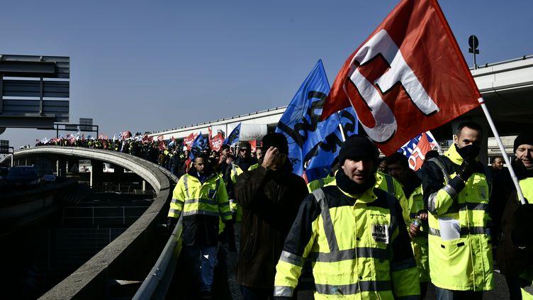 Des employés d'Air France en grève, le 22 février 2018 à l'aéroport Roissy-Charles-de-Gaulle, à Roissy. (PHILIPPE LOPEZ / AFP)