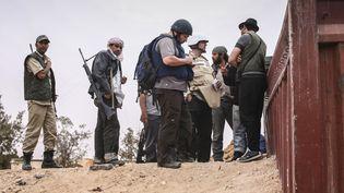 Steven Sotloff (casqué, au centre), le journaliste américain décapité par l'Etat islamique le 2 septembre 2014, photographié ici en Libye, en juin 2011. (ETIENNE DE MALGLAIVE / AFP)