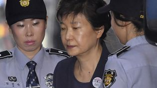 Destituée en 2017 dans un retentissant scandale de corruption, l'ex-présidentesud-coréennePark Geun-hye(ci-contre en mai 2017) purge actuellement une peine de 20 ans d'emprisonnement.  (SONG KYUNG-SEOK / POOL / KYODONEWS POOL)