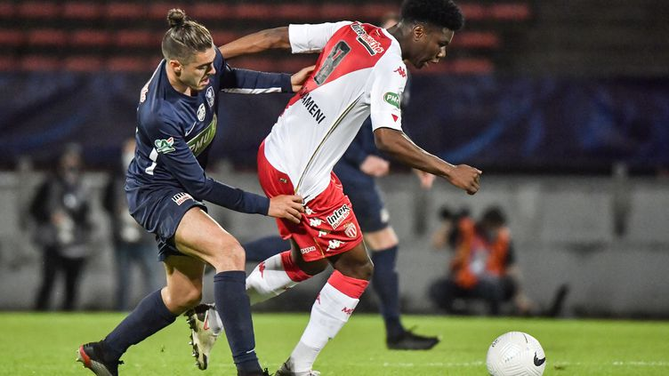 Le milieu de terrain Aurélien Tchouuameni lors de la demi-finale de Coupe de France entre Rumilly Vallières et l'AS Monaco, le 13 mai à Annecy (PHILIPPE DESMAZES / AFP)