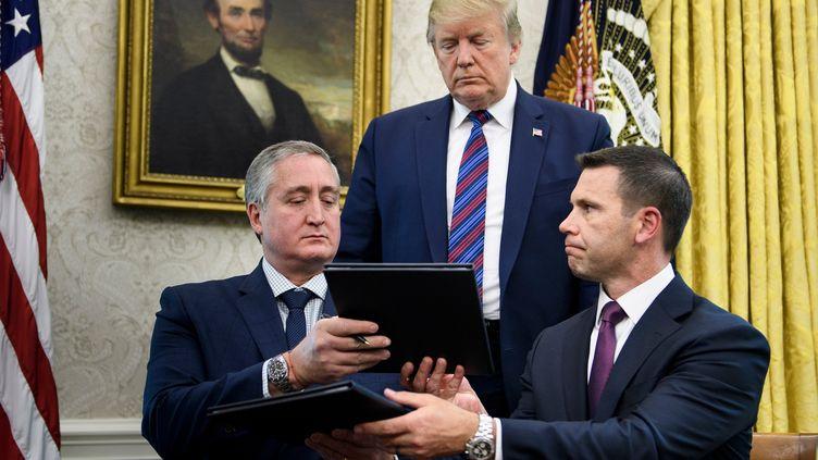 Donald Trump, le ministre guatémaltèque de l'Intérieur, Enrique Degenhart (à gauche) et le secrétaire américain par intérim à la Sécurité intérieure, Kevin K. McAleenan (à droite) lors de la signaturede l'accord concernant les demandeurs d'asile transitant par le Guatemala, le 26 juillet 2019 à Washington (Etats-Unis). (BRENDAN SMIALOWSKI / AFP)