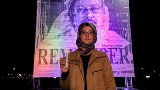 Hatice Cengiz, la fiancée du journaliste saoudien assassiné Jamal Khashoggi, assiste à la cérémonie de commémoration devant le Congrès américain à l'occasion du 3e anniversaire de la mort de son époux, assassiné au Consulat général d'Arabie saoudite à Istanbul, le 2 octobre 2021. (YASIN OZTURK / ANADOLU AGENCY / AFP)