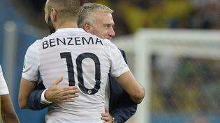 Didier Deschamps et Karim Benzema s'étreignent après que la France a fait match nul 0-0 à la fin du match de football du groupe E entre l'Équateur et la France au stade Maracana de Rio de Janeiro lors de la Coupe du monde de football 2014, le 25 juin 2014. (FRANCK FIFE / AFP)