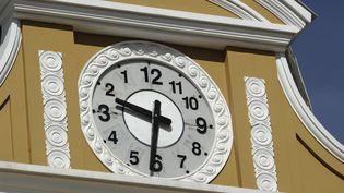 """L'horloge """"du Sud"""", sur lebâtiment du Congrès bolivien à La Paz, le 25 juin 2014. (JORGE BERNAL / AFP)"""