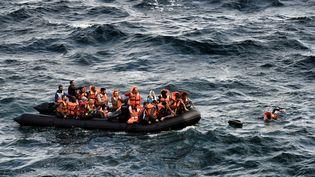 Des migrants tentent de traverser la mer méditerranée entre la Turquie et l'île grecque de Lesbos, le 30 septembre 2015. (ARIS MESSINIS / AFP)