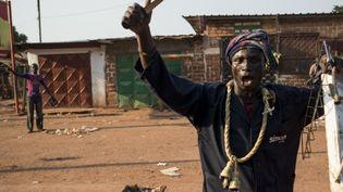 Des pillards dans les rues de Bangui (Centrafrique), le mardi 10 décembre. (FRED DUFOUR / AFP)