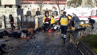 Les ambulanciers évacuent les blessés après l'explosion meurtrière dans le quartier de Sultanahmet à Istanbul (Turquie), le 12 janvier 2016. (STR / AFP)