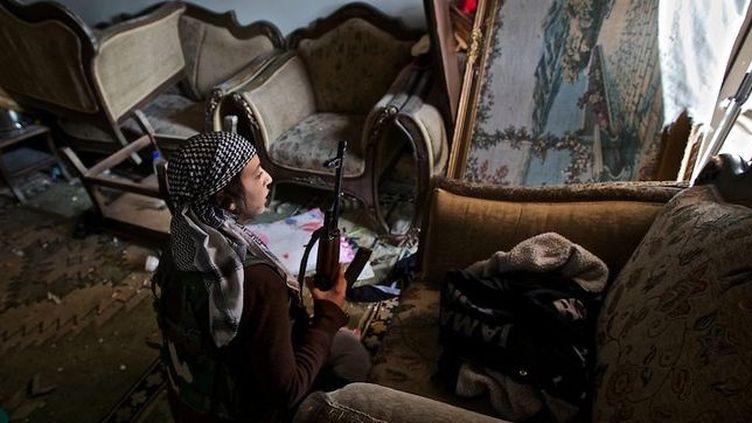 Une combattante Kurde dans le quartier Shaikh Makksoud d'Alep. (William Roguelon)