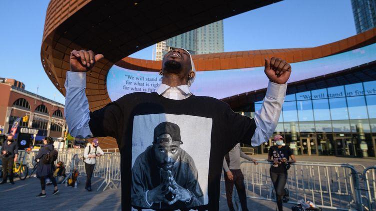 Un homme réagit après l'annonce du verdict à New York. (ANGELA WEISS / AFP)
