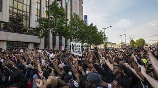 Une manifestation contre les violences policières devant le tribunal de Paris, le 2 juin 2020. (ANTONI LALLICAN / HANS LUCAS / AFP)