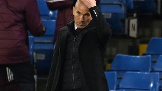 Zinédine Zidane lors de la rencontre Chelsea-Real Madrid en demi-finale de Ligue des champions, le 5 mai 2021. (GLYN KIRK / AFP)